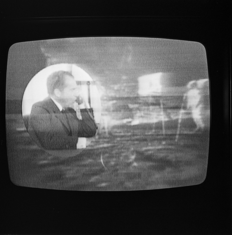 De maanlanding van de Amerikaanse Apollo 11-missie op TV-scherm, 21 juli 1969.   Photo of a TV screen with the first man on the moon: Neil Armstrong on 21 of july 1969.