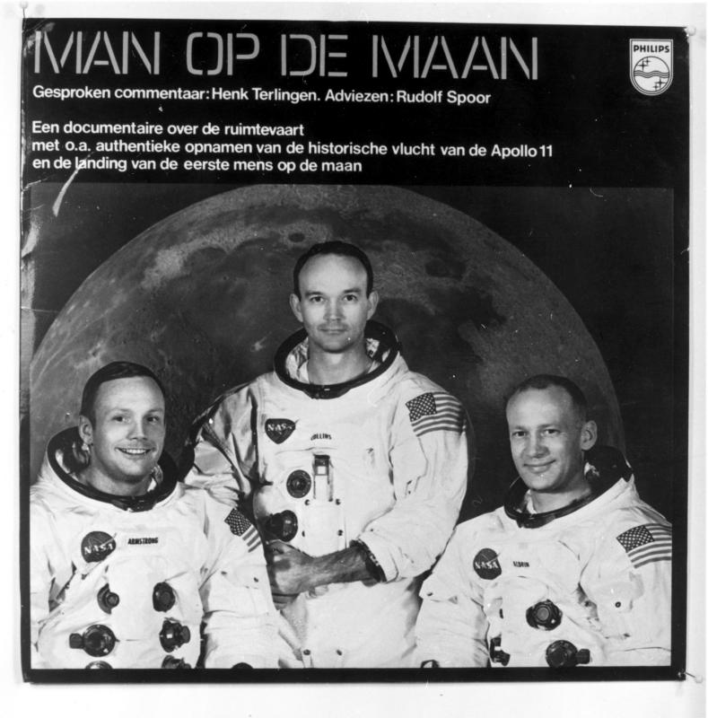 Geluidsopname elpee ' Man op de Maan' met o.a. authentieke opnamen van de historische vlucht van de Apollo 11 en de landing van de eerste mens op de maan.   Cover of an long play disk with a story about the trip of Apollo 11 in 1969.