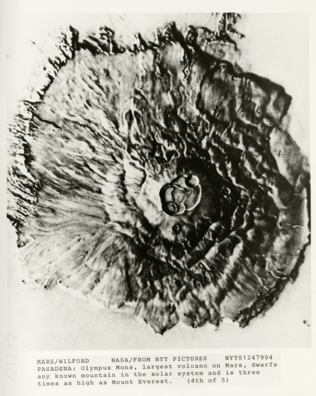 De vulkaan Olympus Mons is de grootste vulkaan op Mars en groter dan alle bekende vulkanen in het zonnestelsel. Hoogte 25 km, en de basisdiameter is 624 km.  Olympus Mons, the biggest volcano on Mars and bigger than all other volcanoes in the Solar System. It has a height of 25 kilometers and at its base a diameter of 624 kilometers.