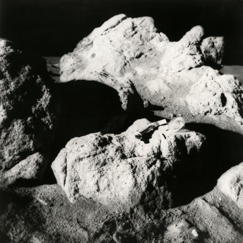 De eerste foto's door de astronauten Edgar Mitchell en Alan Shepard op de maan gemaakt tijdens de Apollo 14-missie. Te zien zijn gedeelten van rotsen met daarop een hamer en een zak om de grootte aan te geven. 5/2/1971.  The first photos taken on the moon by astronauts Edgar Mitchell and Alan Shepard during the Apollo 14 Mission. Rocks are visible together with a hammer and a bag to indicate the size. 02-05-1971.