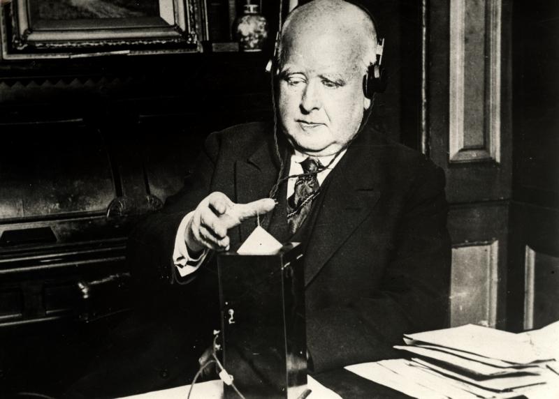 Dr. Mansfield Robinson stuurt een telegram naar Mars, 1928.  Dr Mansfield Robinson is sending a telegram to Mars, 1928.