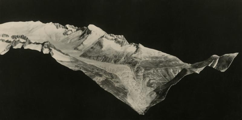 Rõntgen-opname van de aarde: Baan van de Rhônegletsjer, met bergtoppen en passen. Zwitserland/ Foto: Duitsland, ca. 1908. Rõntgen-view of the Rhône glacier with mountaintops and passes. Switserland/ Photo: Germany, ca. 1908.