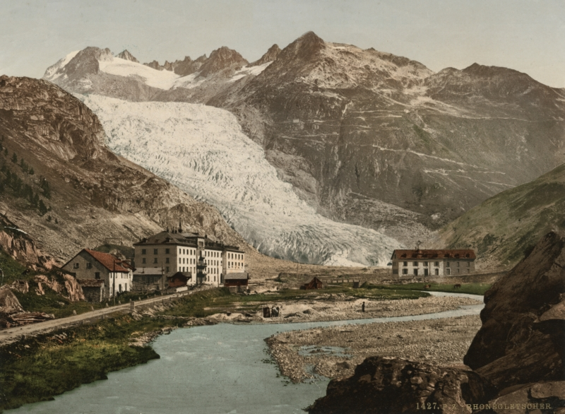 Een photochrome van de Rhônegletsjer met op de voorgrond huizen, hotels en een rivier. Zwitserland, ca. 1900. The Rhône glacier, hotels and a river. Switserland, ca. 1900.