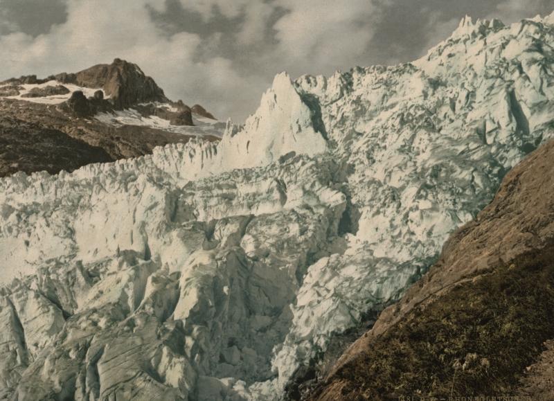 Een photochrome van ijsmassa's van de Rhônegletsjer in het zonlicht. Zwitserland, ca. 1900. The Rhône glacier. Switserland, ca. 1900.