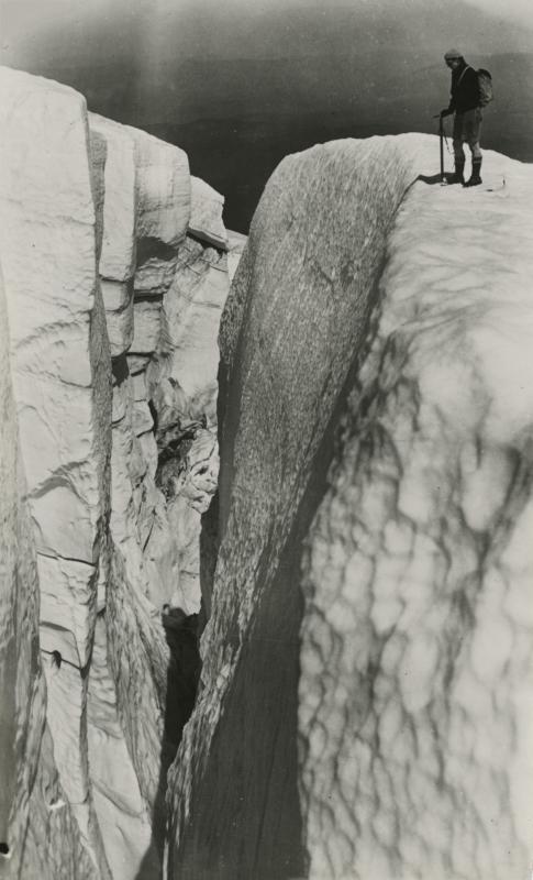 Bergbeklimmer bij een gletsjerspleet van enorme diepte. Eliot - gletsjer in het Mountain Hood massief in de staat Oregon. Verenigde Staten van Amerika, 1934. Mountaineer at the Eliot glacier in the Mountain Hood Massiv. United States of America, Oregon, 1934.