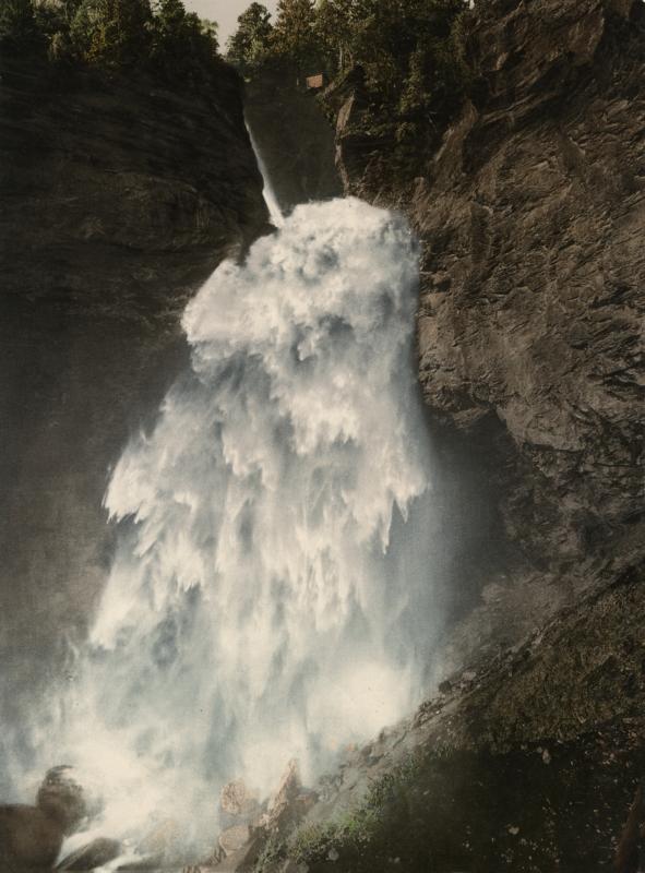 De hoogste waterval in de alpen: De Reichenbach-waterval (250 meter) wordt gevoed door het smeltwater van de Rosenlaui-gletsjer en maakt een vrije val van maar liefst 90 meter. Dit natuurlijke spektakel werd rond 1900 vastgelegd en als 'Photochrom' afgedrukt. Dit was een kostbaar en langdurig drukproces waarbij met lithografiestenen op basis van een zwart-wit negatief kleurlagen op elkaar werden aangebracht om zo tot een kleurenafdruk te komen. Switzerland, Meiningen. The highest fall in Switserland: the Reichenbachfall. Switzerland, Meiningen, ca. 1900. Photochrome.