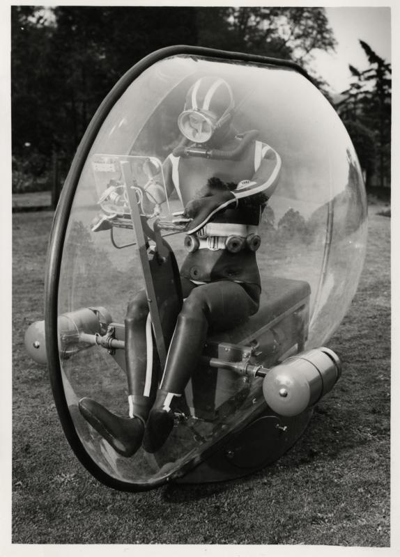 Kikvorsman in een voertuig om de diepzee te verkennen, gemaakt van polymethylmethacrylaat, 1965. Eggscape boat with scooter to explore the deep sea, made of polymethylmethacrylate, 1965.