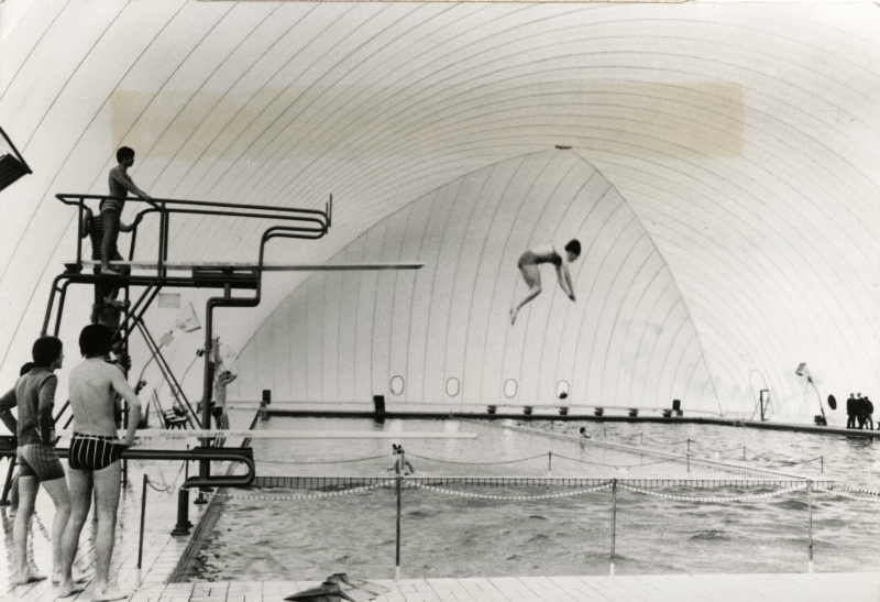 Polyester opblaasbare hal met zwembad en mensen, 1971. Polyester inflatable roof of a swimmingpool, 1971.