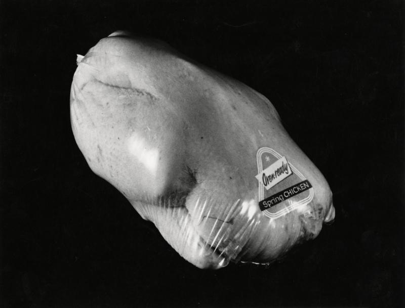 Kip verpakt in kunststof krimpfolie. Nederland,1961. Chicken packed in plastic foil. The Netherlands,1961.