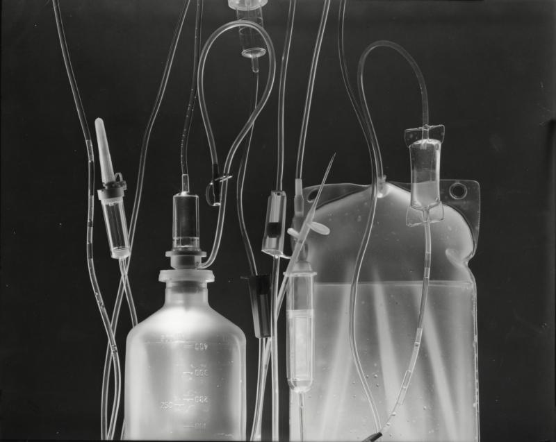 Kunststof flessen voor de toediening van medicamenten of bloed, 1950-1960. Plastic bottles to administer medicine or blood, 1950-1960.