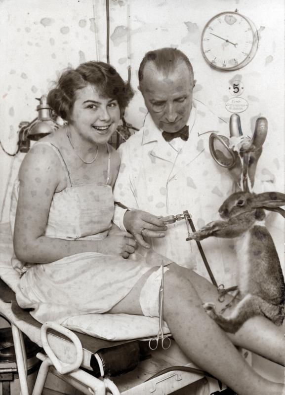 Mens en dier - Berlijn, 1925. Verjongingskuur. (Categorie: Medisch)Inenting klierstof uit de geslachtsklier van een levend dier, plus een yoghurtkuur, UV-bestraling, verjongings-gym en ritmische oefeningen.Originele bijschrift:
