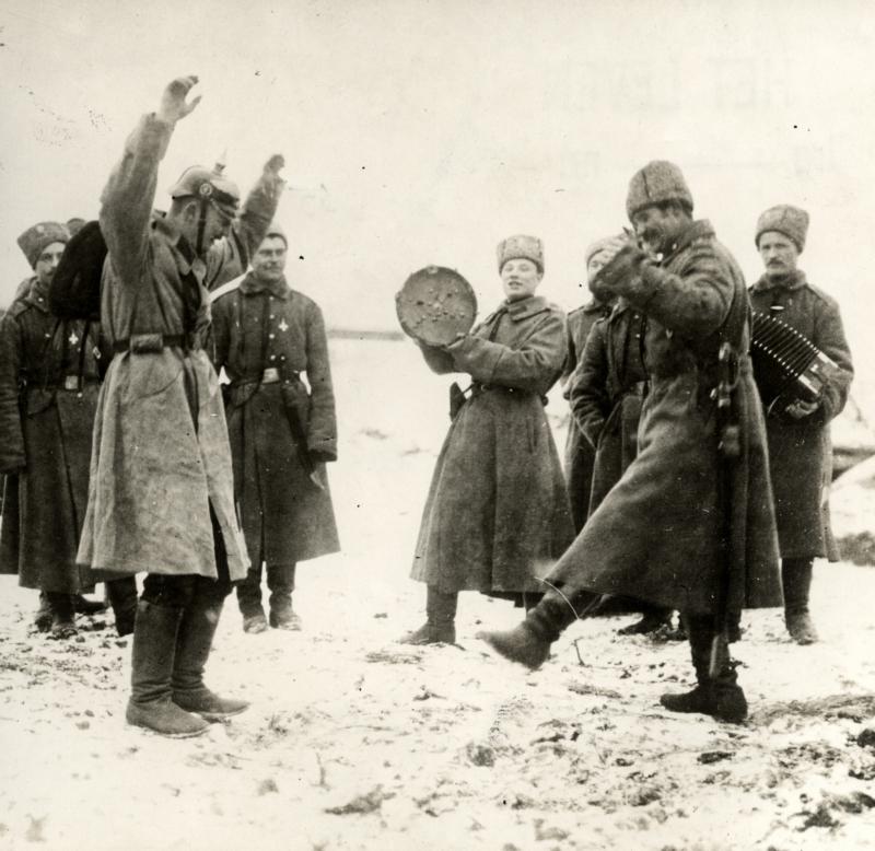 Russen leren de steppendans aan Duitse krijgsgevangenen. - Halbe, droog je tranen, strik je veters, bel Poetin en leer dansen in de Russische sneeuw.Originele bijschrift: