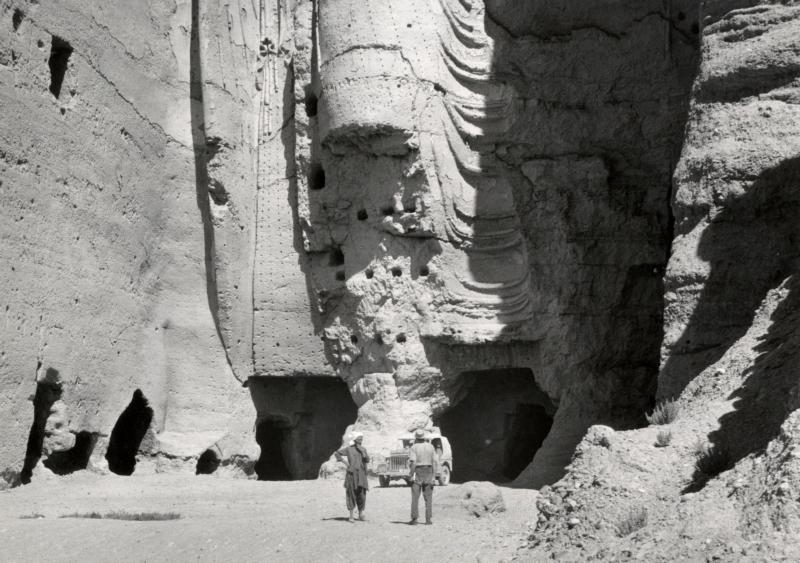 De voeten van een van de twee uit de zesde eeuw daterende Boeddhabeelden in de Bamianvallei (Bamyanvallei), Afghanistan, 1954. The feet of one of the sixth century statues of Buddha in the Bamyan valley, Afghanistan, 1954.