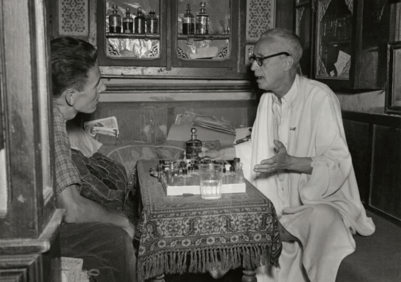 Jan Glissenaar in gesprek met een Tunesische parfumeur. Tunesië, 1953. Jan Glissenaar talking to a Tunisian perfumer. Tunisia, 1953.