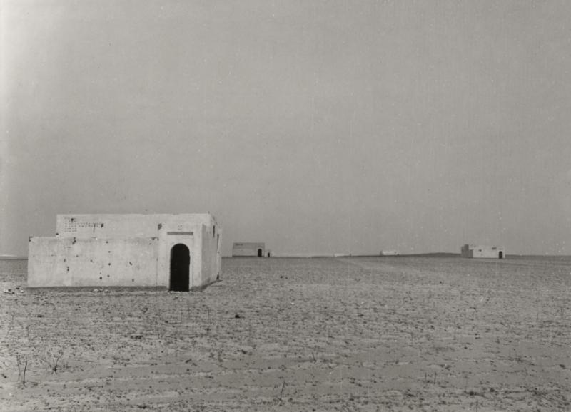 Een groepje Italiaanse kolonistenwoningen die nooit gebruikt zijn. Libië, 1953.