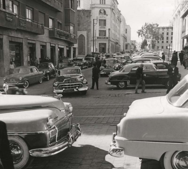 Een stadsopname in een welvarende gedeelte met opvallend veel luxe auto's. Libanon, Beiroet, 1954. View of a prosperous part of Beirut, with a remarkable number of luxury cars. Lebanon, Beirut, 1954.