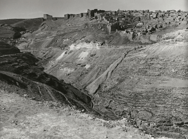 De oude, 12de-eeuwse kruisvaardersburcht bij Kerak op een heuvel. Er resten alleen nog ruïnes. Jordanië, Kerak, 1954. The ruins of the 12thcentury crusader castle on a hilltop in Kerak (Al-Karak). Jordan, 1954.
