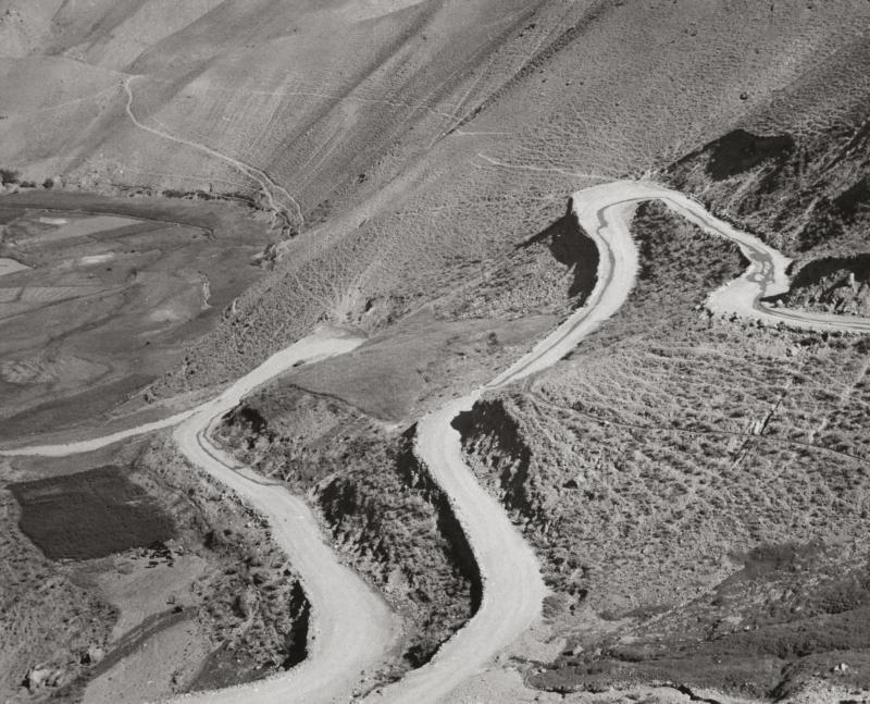 De weg over de Sjibarpas met haarspeldbochten. Afghanistan, 1954. The road of the Shibar Pass with its hairpin curves. Afghanistan, 1954.