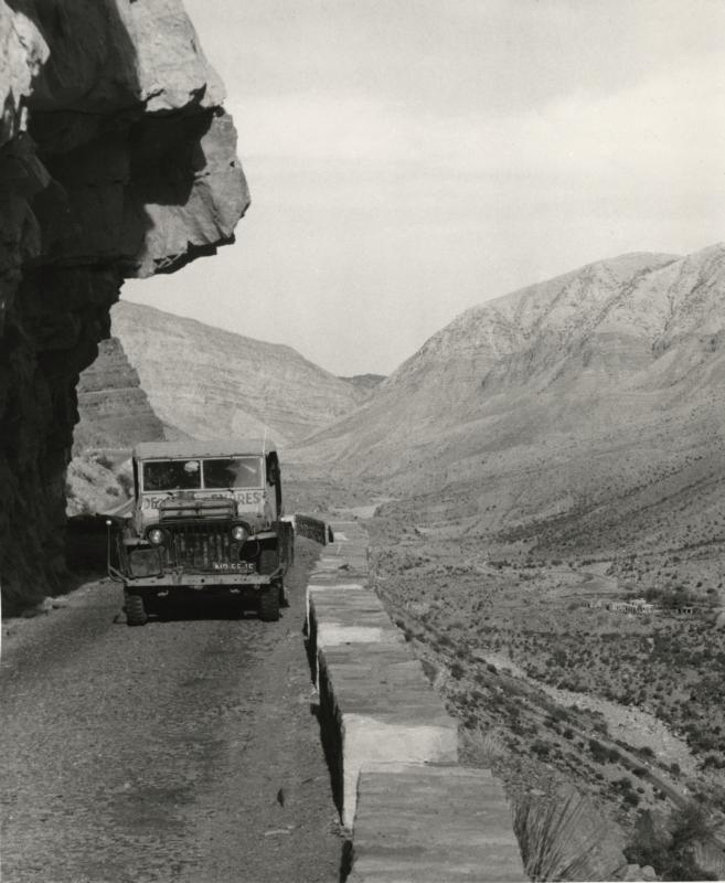 De jeep van de Jeep-Expres staat stil op een smalle weg in het Soeleimangebergte tussen Iran en West-Pakistan. 1955.  The jeep of the Jeep Expres parked in a narrow road in the Sulaiman Mountains between Persia and West Pakistan, 1955.
