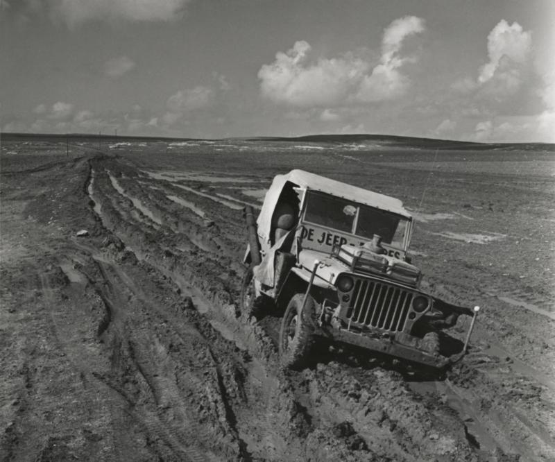 De Jeep-Expres baant zich een weg over vrijwel onbegaanbare modderwegen. Jordanië, 1954. The Jeep Expres working its way through almost impassable muddy roads. Jordan, 1954.