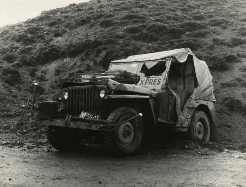 De zwaar beschadigde jeep die door een vrachtwagen in de berm is gedrukt bij het links nemen van de bocht. Turkije, 1955. The severely damaged jeep which was pushed into the roadside by a truck which took a left bend too sharp. Turkey, 1955.