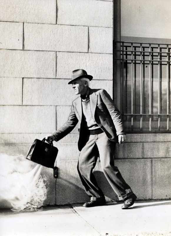 De zelfbeschermende geldtas is een Amerikaanse uitvinding en moet overvallen tegengaan. De dief die de bankloper wil beroven zal merken dat er in de koffer een traangaspistool afgaat wanneer hij de koffer niet op de juiste manier overpakt, 1938.