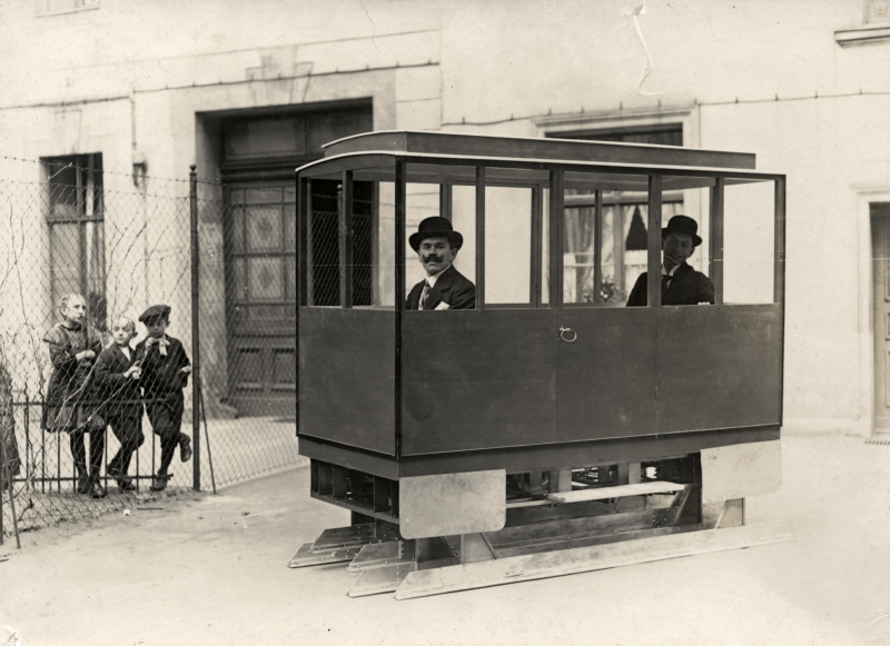 Een motorwagen zonder wielen, uitgevonden door F.W.Göbel. Twee rails zitten zodanig onder de wagen dat ze, wanneer ze worden opgehesen, om de beurt zich vooruit bewegen: de wagen 'loopt' als het ware. Duitsland 1914. Wagon without wheel has two rails instead that walks the car forward. Invented by F.W. Göbel. Germany, 1914.