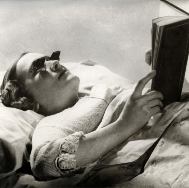 De Hamblin bril, een Engelse uitvinding, maakt het mogelijk zonder moeite in bed te lezen doordat de lenzen het beeld doen kantelen, 1936. Hamblin glasses. A pair of spectacles especially designed for reading in bed. England, 1936.