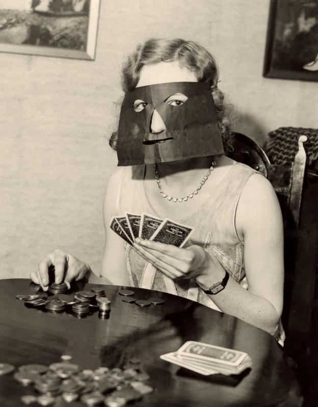 Pokermasker voor dames die (om geld) kaarten met onbekenden en niet herkend willen worden, 1932. Poker mask for women who are playing cards (for money) with strangers and do not want to be recognized. 1932.