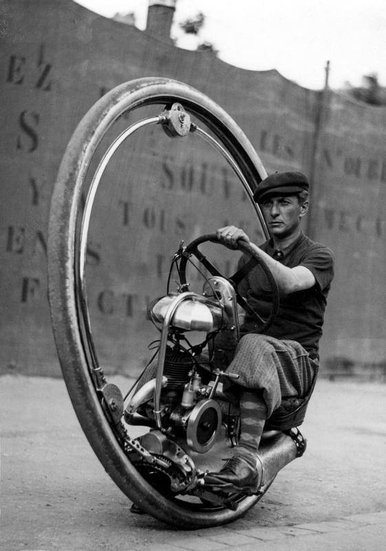 Man in plusfour bestuurt gemotoriseerd, rijdend wiel (uitvinding van de Italiaan M. Goventosa de Udine), dat een snelheid van 150 kilometer per uur kan halen. 9 juni 1933. Man in plus four controls, motorized driving wheel (invented by the Italian M. Goventosa the Udine), wich can achieve a speed of 150 km per hour. June 9, 1933.