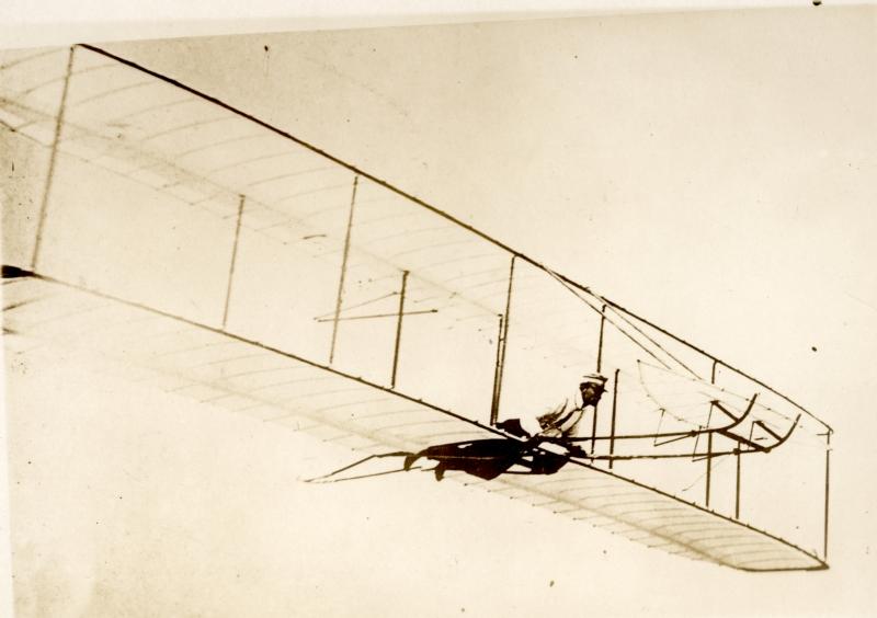 Eerste proefvlucht van luchtvaartpioniers gebroeders Wright in een zweeftoestel. Kitty Hawk (Verenigde Staten van Amerika), 1903. Orville and Wilburg Wright: The first testflight with a biplane glider. Kitty Hawk, USA, 1903.