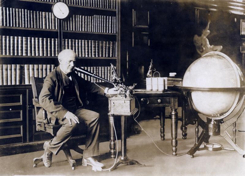 Portret van Edison met enkele van zijn belangrijkste uitvindingen, waaronder de gloeilamp [en waarschijnlijk de fonograaf].