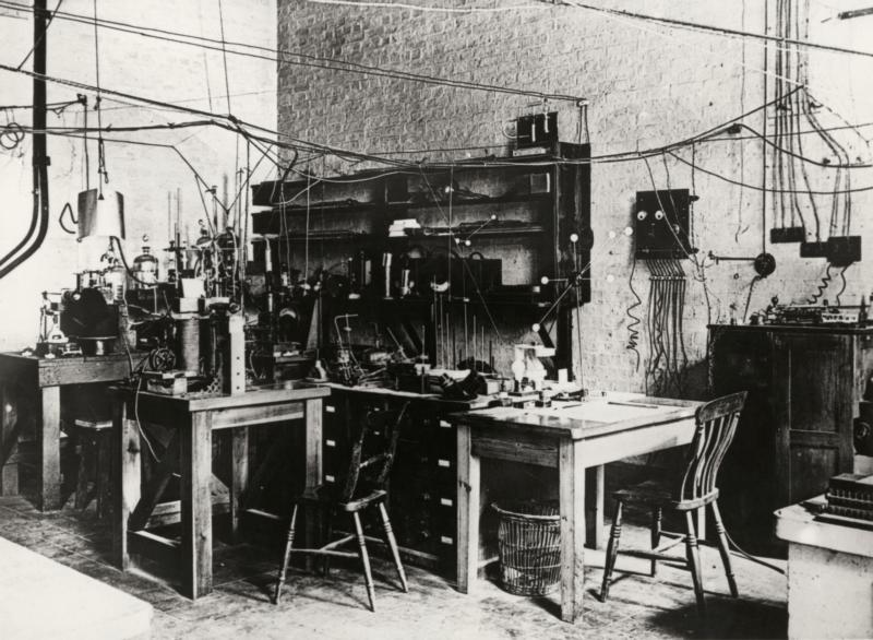 Laboratorium van Ernest Rutherford in Cambridge (GB) waar hij de structuur van atomen ontdekte. Datum onbekend, ca. 1908. Laboratory of Ernest Rutherford in Cambridge (GB) whre he discovered the structure of atoms. Datum onbekend, ca. 1908.