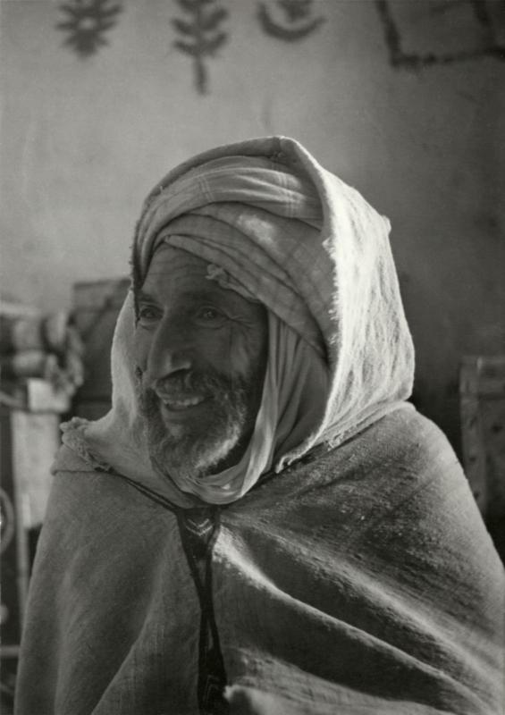 Algerijnse nomade die door de hongersnood van 1945/1946 zijn schapen en geiten verloor. Zijn beide benen werden afgezet na verzweringen. Algerije, Oase Geryville, 1953. Nomad in Algeria who lost his sheep and goats during the famine of 1945/1946. Both his legs were amputated after they got septic. Algeria, Oasis of Geryville, 1953.