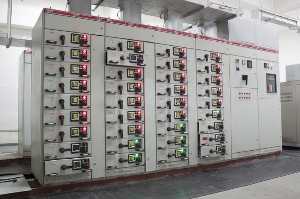 La Nostra Azienda dispone di strumentazione per le verifiche in ambito industriale su macchine e quadri elettrici tipo AS o ANS in accordo con le normative di settore EN60204-1:2016, EN61439-1 e EN61439-2.  Resistenza di Isolamento con tensione di prova 500VDC  Continuità su conduttori di prot. ed equip. con corrente >10AAC  Rigidità Dielettrica con tensione di prova fino a 4000VAC  Misura di Impedenza di Loop  Corrente di dispersione sull'alimentazione  Tempo di scarica capacità