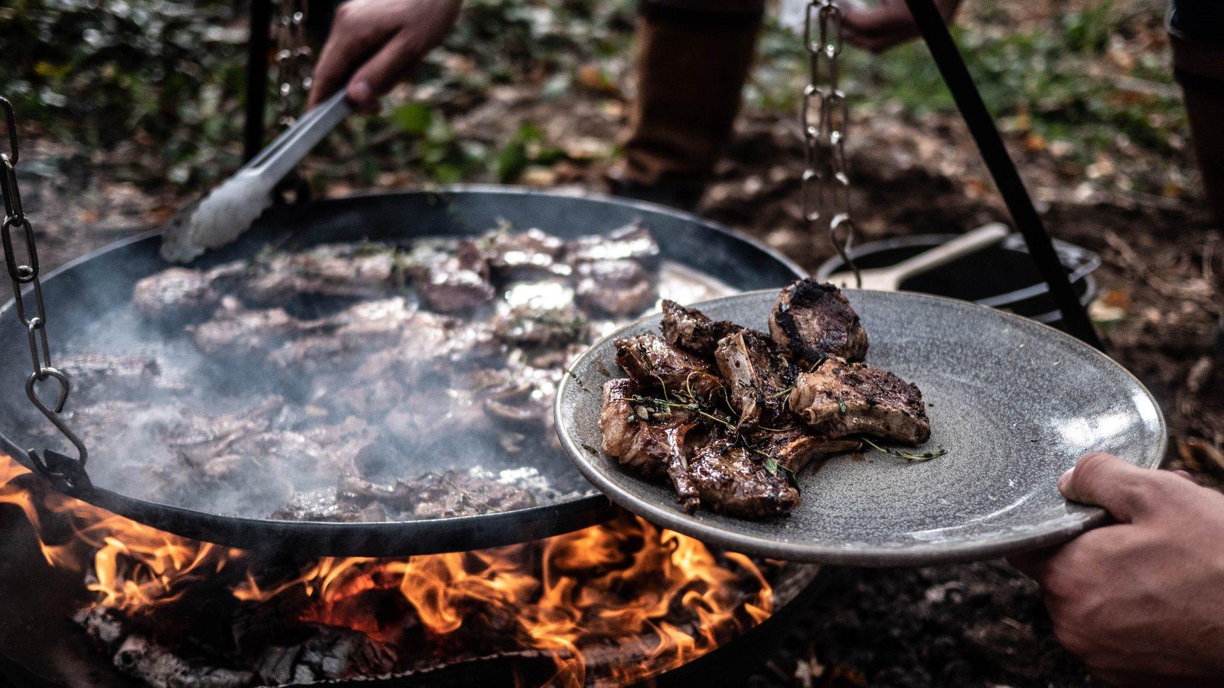 Camp Food Studio - I Camp Food Studio tilbyder vi luksuriøse outdoor cooking oplevelser i helt exceptionelle rammer i skovene omkring nogle af landets flotteste godser og herregårde