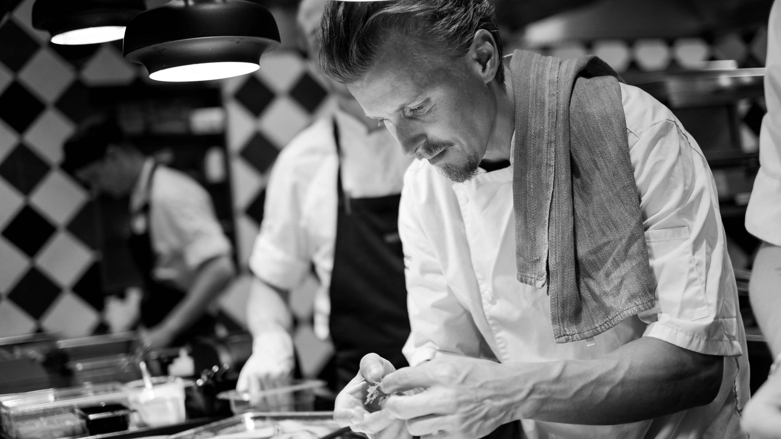 Kokkeskole - Vi tilbyder som de første i Danmark kokkeskoler med landets aller dygtigste køkkenchefer og kokke. Lær at lave signatur-retter fra mestrene selv, hvad end det er dansk, fransk, vietnamesisk eller mexicansk.