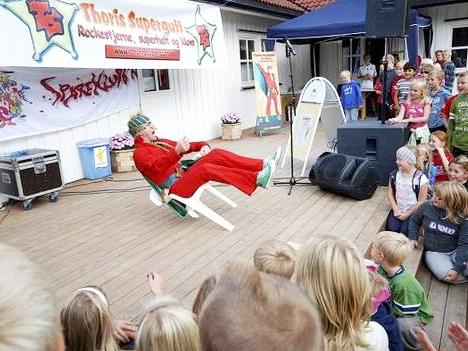 KONTAKT - Thoris Supergutt lager show med masse sang, latter og glede. Han innbyr publikum til å bli med i dansen, og ønsker at alle skal få positive følelser og energi av showet. Her vil hele familien fryde seg over et morsomme og inkluderende show, som vil få både små og store til å tenke og le .