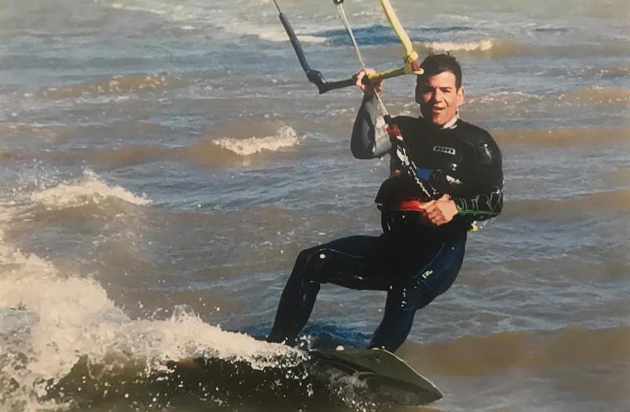 Eduardo navegando en su último permiso con 20 nudos. Foto que me trajo para ponerme los dientes largos. 6/5/2019 - Los Narejos