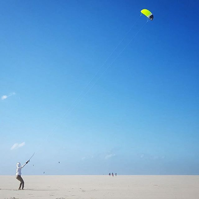 When the wind blows too rough and in the wrong direction, change perspective, position and play with it. . #windydays #latergram #training #learningnewthings #flighhigh #kite #seethebrightside #beachday #theswiss1s #strongertogether #allone #fortheoceans #3000miles #milebymile #atlanticcampaigns