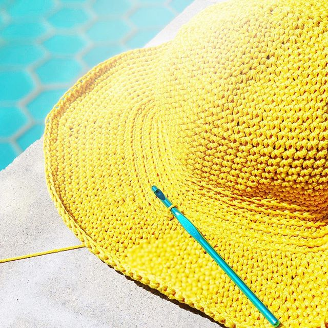 I've been working on designing the pattern for this damn sun hat for too long!!! Je vais finir ce chapeau cette semaine pendant que je voyage à Chicago !! ☀️ 🕶 🏖 . . . #crochet #crochetsunhat #summercrochet #crochetersofinstagram #crochetallthings #yellow #yellowhat #sunhat #beachhat #ilovesummer