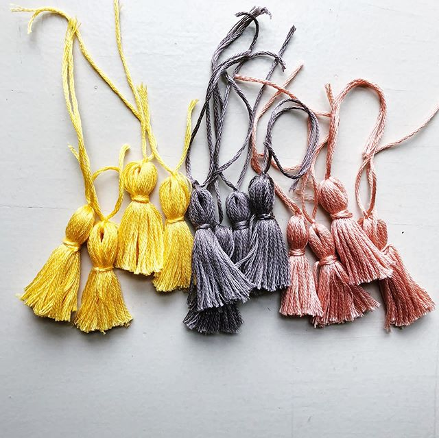 Tassels for the crocheted jute bag I'm making ✅  Stay tuned to see the finished bag! . . . . #tassels #jutebags #tasselbag #dmc  #dmcthreads #diybag #crochetpatterns #makersgottamake