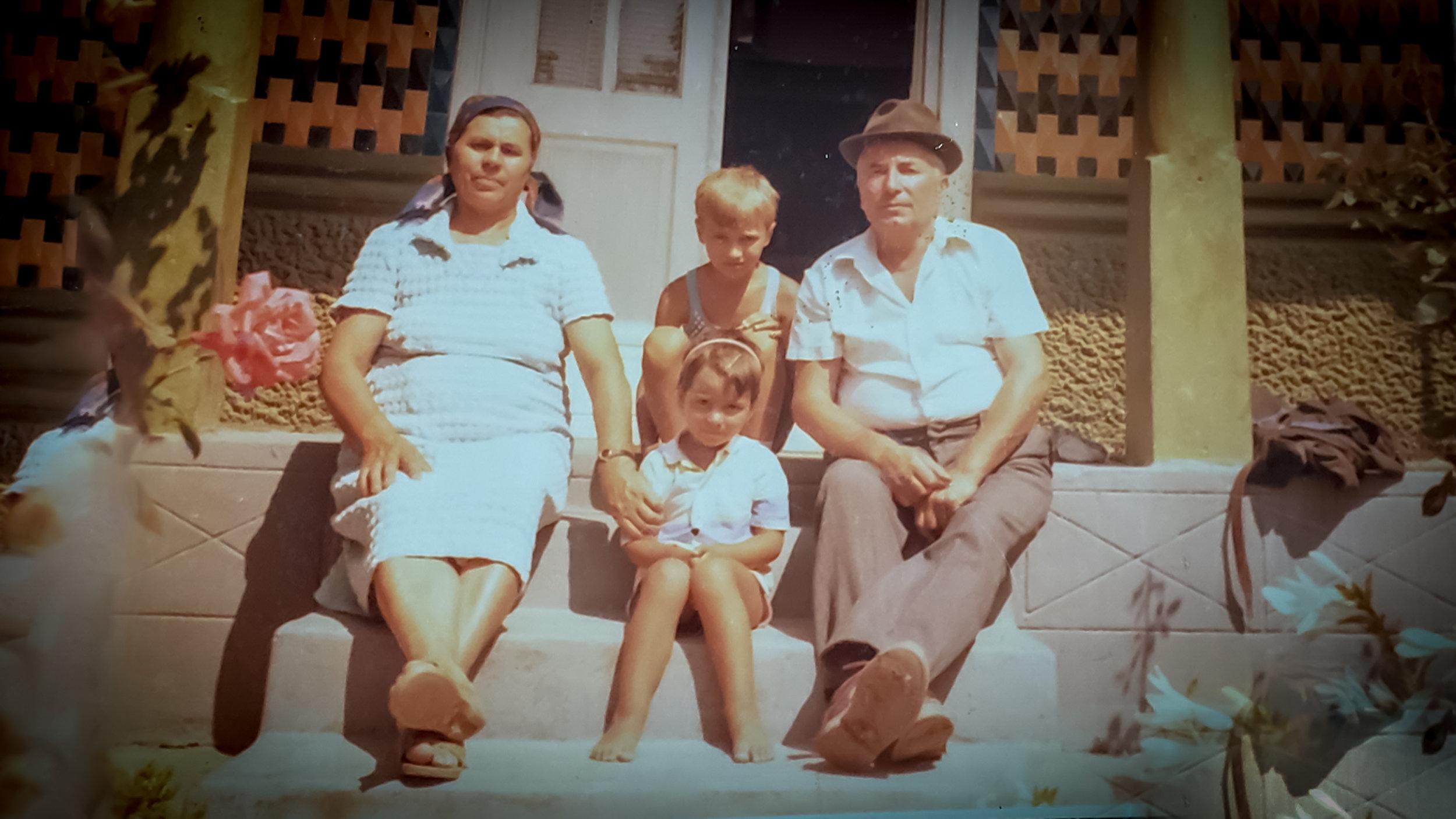 Părinții Tudosia și Apostol, alături de doi Nepoți -