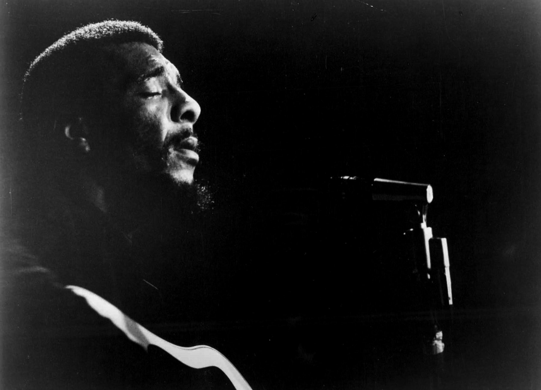 Richie Havens performs in October 1973.  [Courtesy: Eluhim-William Morris Agency-Management / Wikimedia Commons]