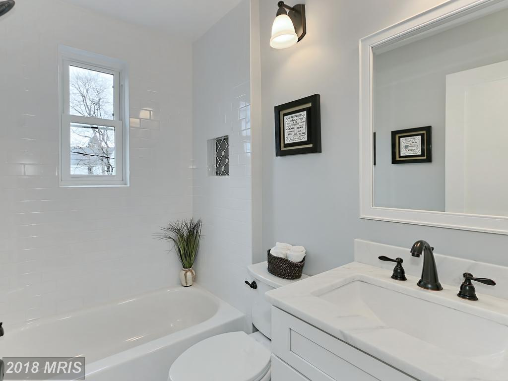 Manning 3035 - bathroom.jpg