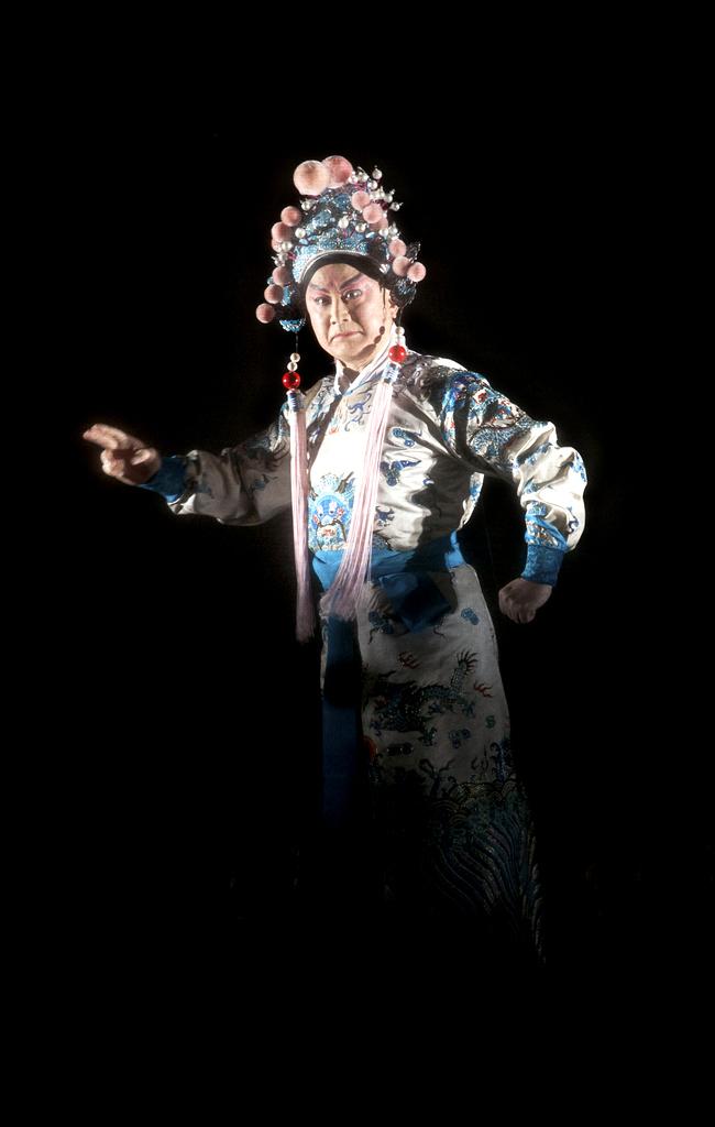 Jiang Qihu (江其虎) as Lu Bu
