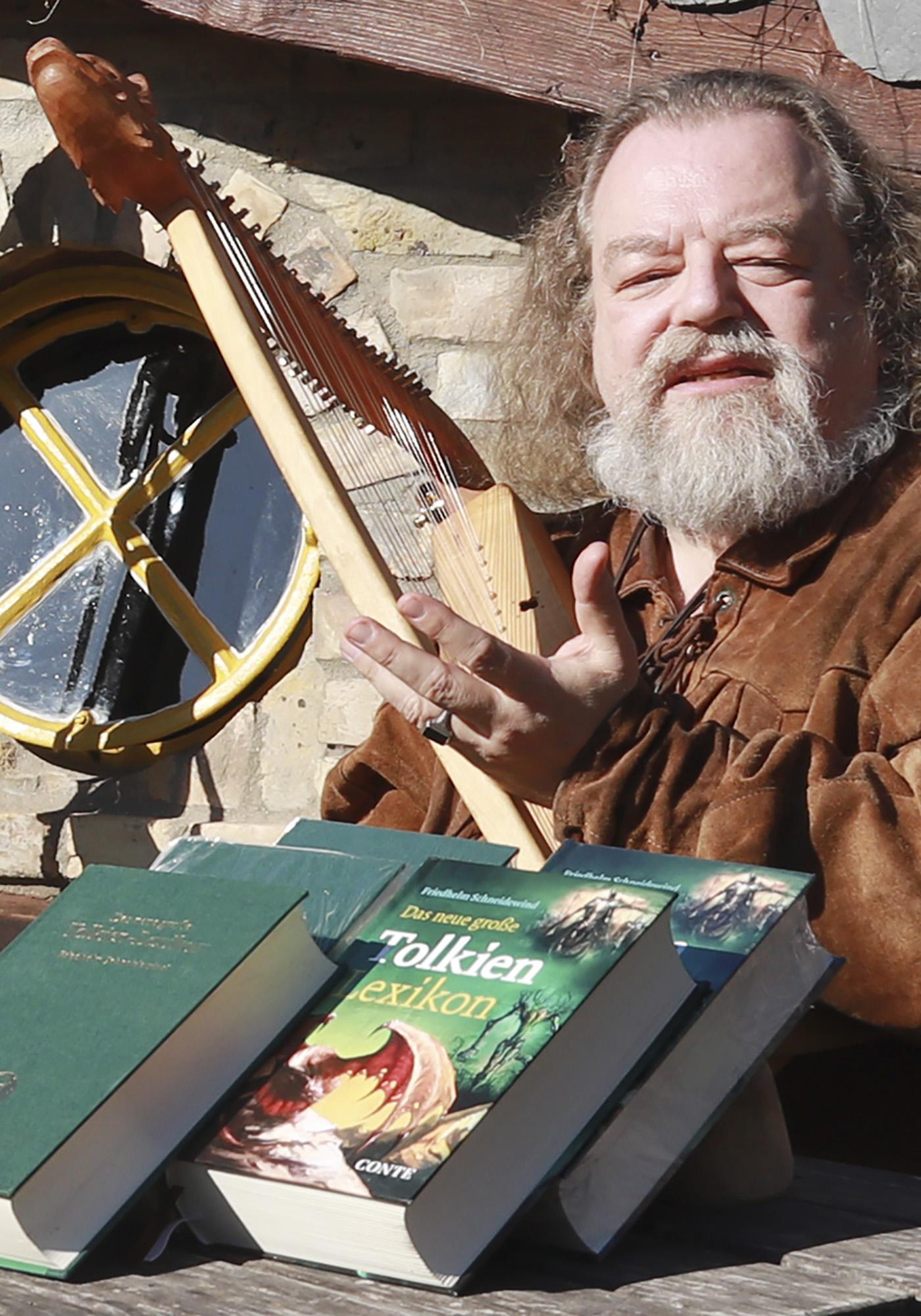 Schneidewind_Autorenbild_Lesung_3_Tolkienabend.jpg