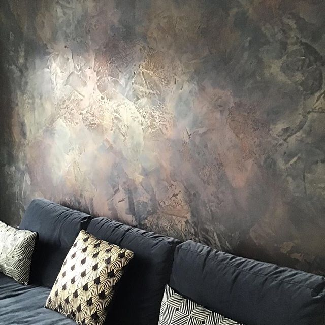 We created this bespoke feature wall for or client in Hendon She wanted a dark luxurious space to relax and unwind. We created a black polished plaster feature wall using copper, bronze and gold to highlight the movement  of our Artisan finish  The light changes picking up the glows of colour • • •  #darkinteriors #blackinteriors #darkfeaturewall #luxuryhome #luxurydecor  #signaturewalls #customwall #artisanwall #orginalwallart #artisanmade #bespokedecoration #workingwithclients #italiandesign #ontrendcolours #metallicfeaturewall #beautifulfeaturewall #specialistdecoration #motherofpearlwalls #highendhomes #fabulousfinishes_uk #makingdreamscometrue #luxurylifestyle #bespokeinteriors #interiordesign