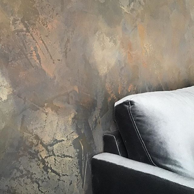 Close up of the beautiful finish we created, it's a black polished plaster feature wall using copper, bronze and gold to highlight the movement  of our Artisan finish  The light changes picking up the glows of colour • • •  #darkinteriors #blackinteriors #darkfeaturewall #luxuryhome #luxurydecor  #signaturewalls #customwall #artisanwall #orginalwallart #artisanmade #bespokedecoration #workingwithclients #italiandesign #ontrendcolours #metallicfeaturewall #beautifulfeaturewall #specialistdecoration #motherofpearlwalls #highendhomes #fabulousfinishes_uk #makingdreamscometrue #luxurylifestyle #bespokeinteriors #interiordesign