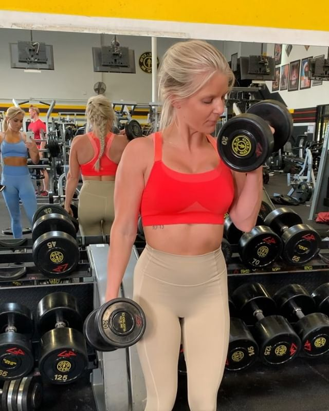 PREP STARTS IN ONE WEEK AND I AM FREAKING LIT😈 ▫️Back is in a GREAT place 🙏🏻 ▫️I am pushing the weight and glutes are GROWING ▫️My clients are slaying 🔥 LIFE IS GOOD 🌞 . . . Back/BI always consist of some type of 👇🏻 1️⃣Pull Ups  2️⃣Lat Pull Down  3️⃣Rows  4️⃣Unilateral Bicep Curls  Focusing on pushing that weight 💪🏻 #letsgetit